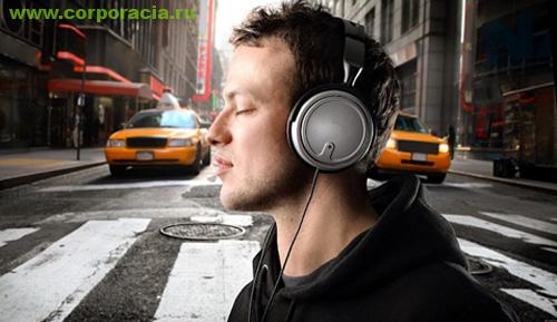 Человек слушает музыку